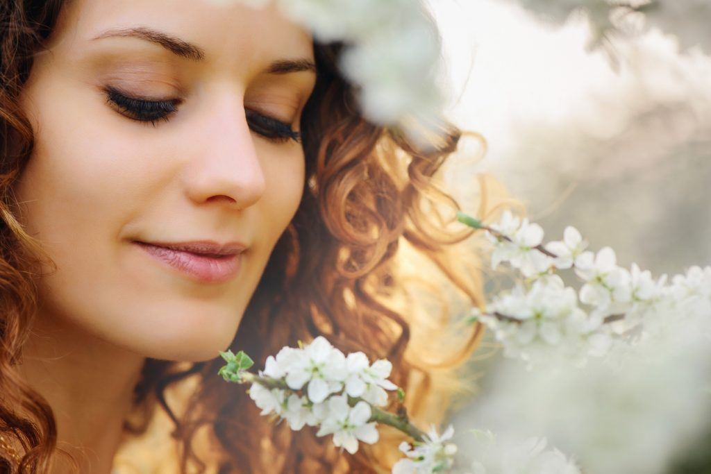 Ženska z belimi cvetovi