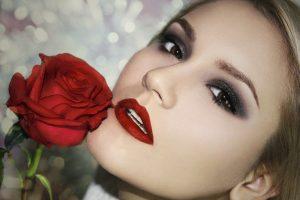 Ženska z rdečo vrtnico