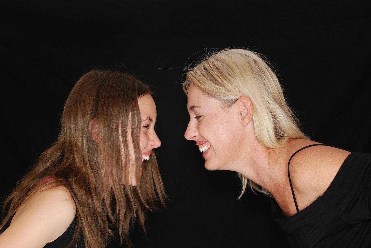 Mati in hči se smejita